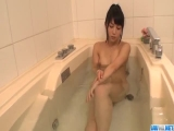 Reo Saionji plays with her vag while in the tub